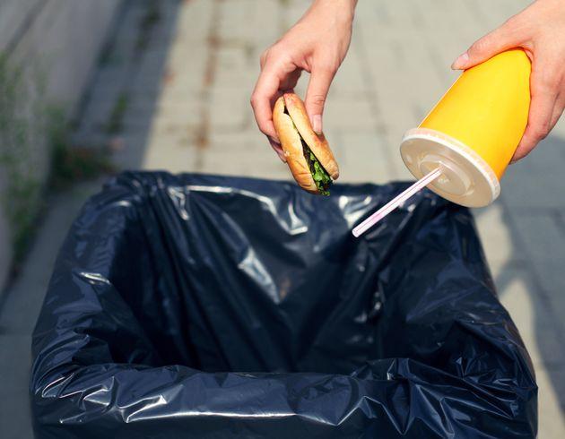 食品ロスを使い捨て容器でレスキュー ⇒