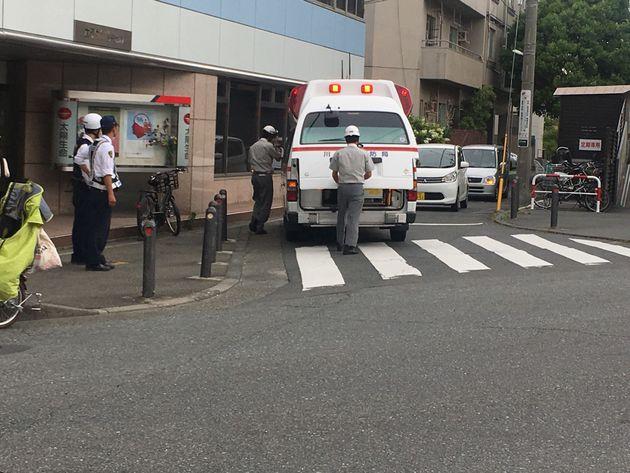 川崎・登戸、小学生らが次々と刺された現場。救急搬送の様子や、奔走する学校関係者ら(画像)