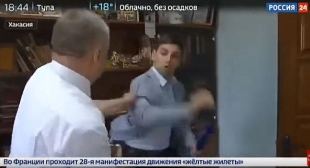 Ρώσος αξιωματούχος ξυλοκόπησε δημοσιογράφο όταν τον ρώτησε αν είναι