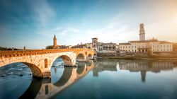 Muore d'infarto in riva all'Adige: i selfie dei passanti ostacolano le operazioni di
