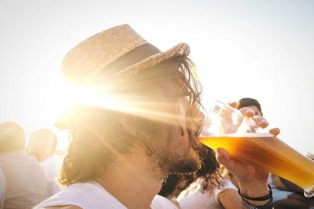 Los riesgos de beber alcohol cuando hace