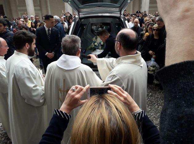 Fiori e lacrime per l'addio al piccolo Leonardo. La madre non partecipa ai