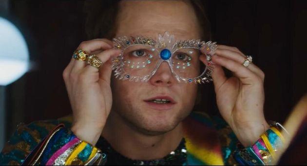 Taron Egerton se sai bem na ingrata tarefa de interpretar uma estrela do calibre de Elton John sem cair...