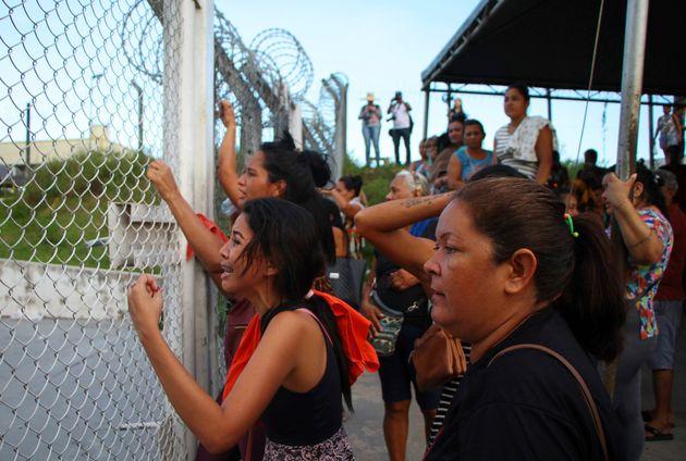 Familiares de presos exigen información sobre sus seres queridos, afuera de la Prisión...