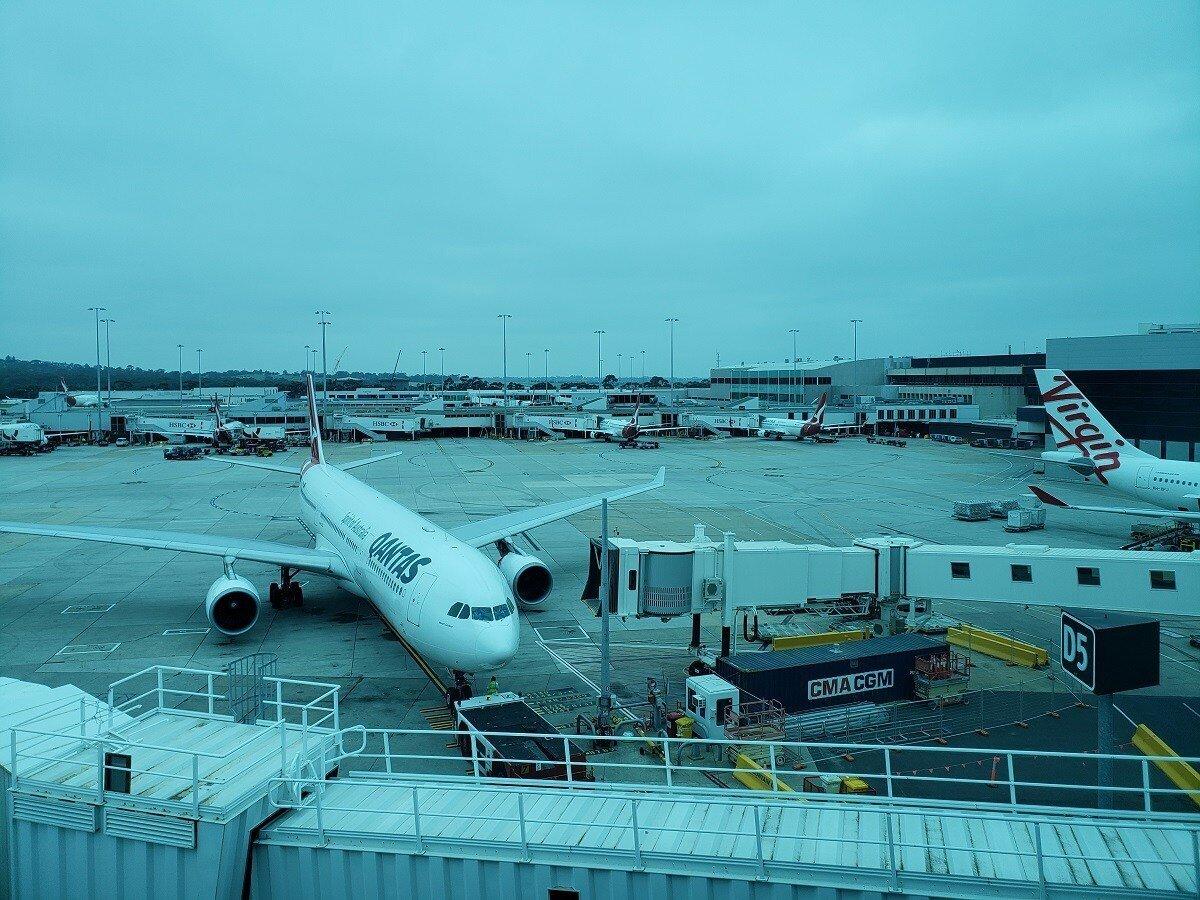 窗外就可以看到飛機