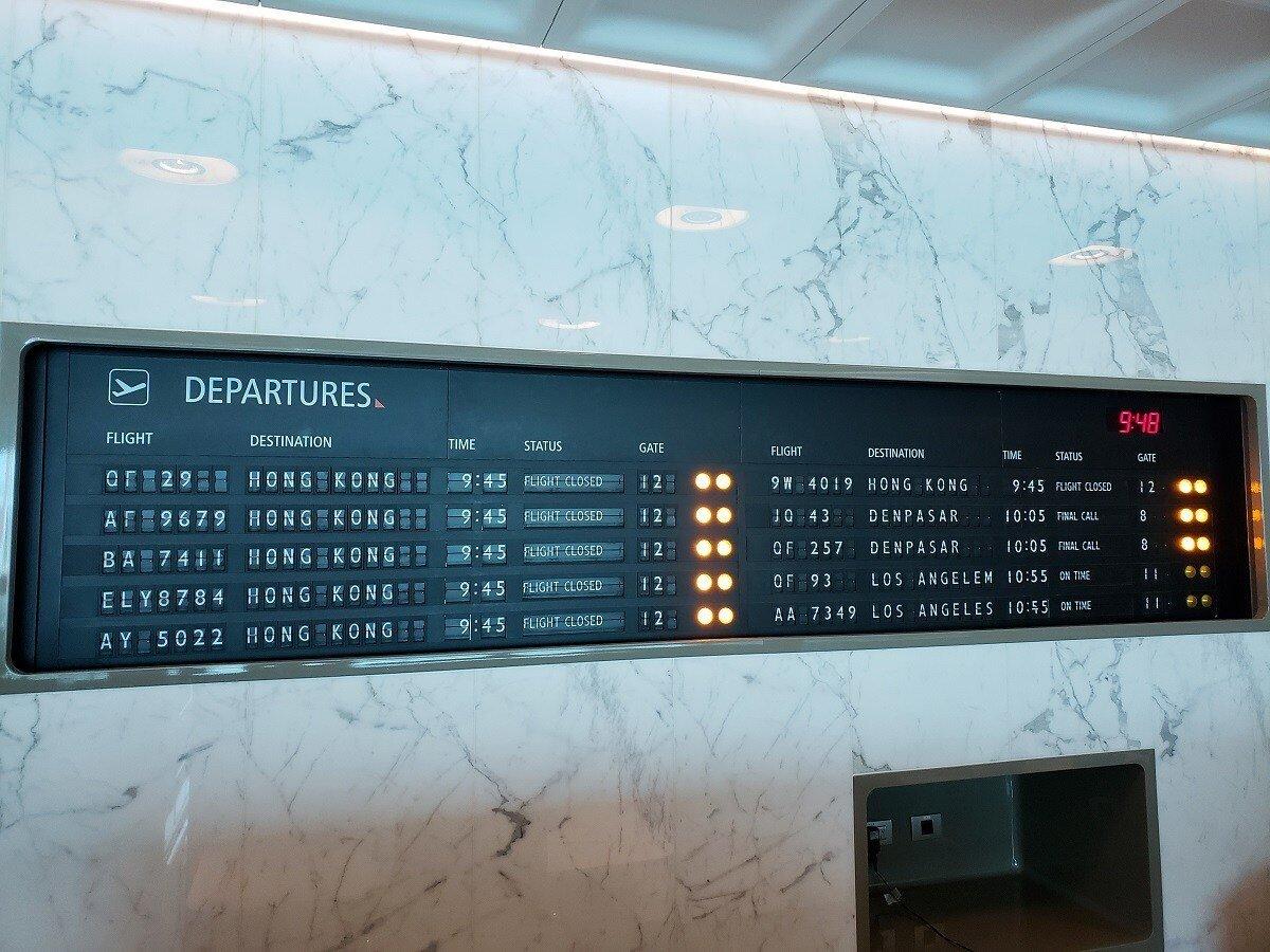 """經典款的""""翻牌式""""航班時刻表,已經很難看的到了"""