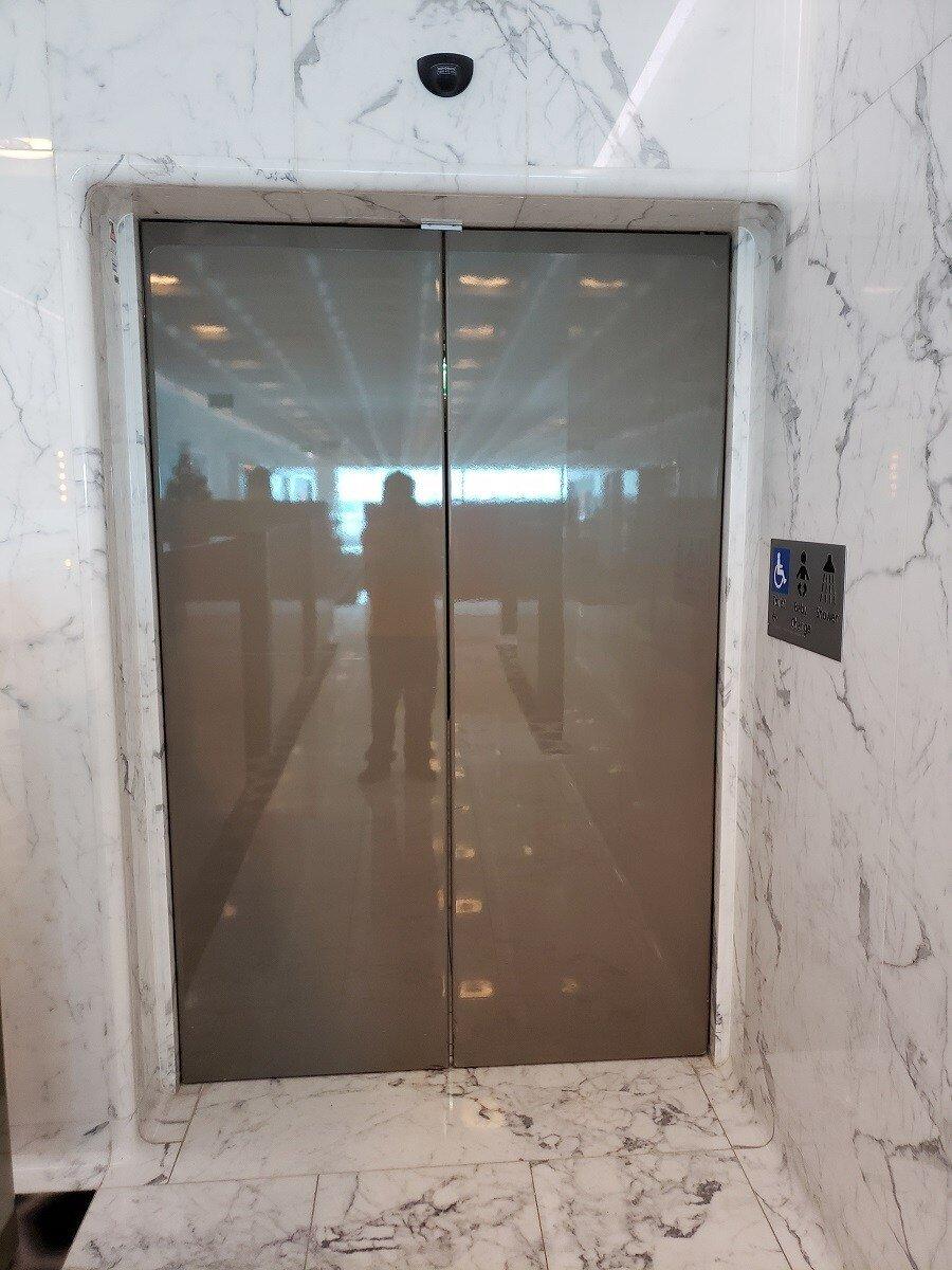 按摩區與浴室都在這個門的後面