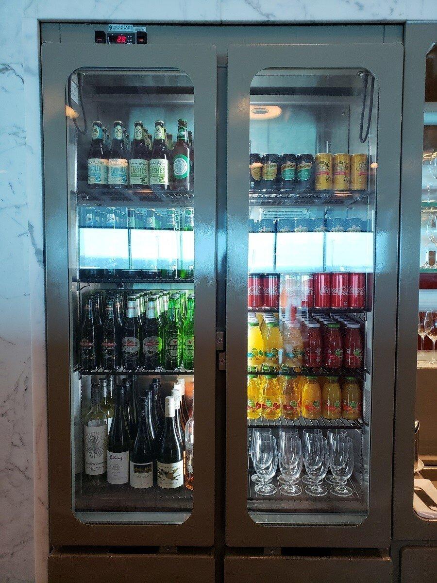 旁邊還有冷藏櫃,裡面滿滿的飲料