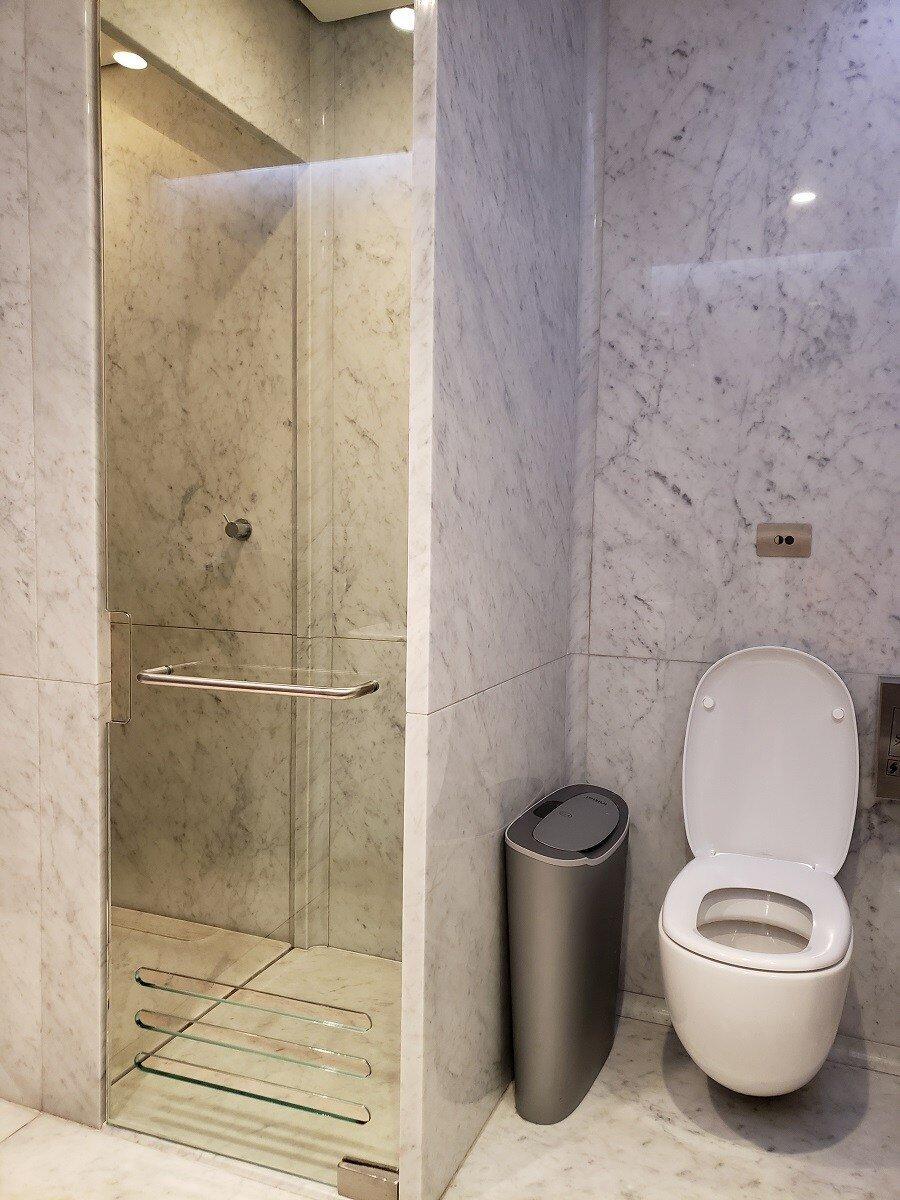淋浴間與馬桶