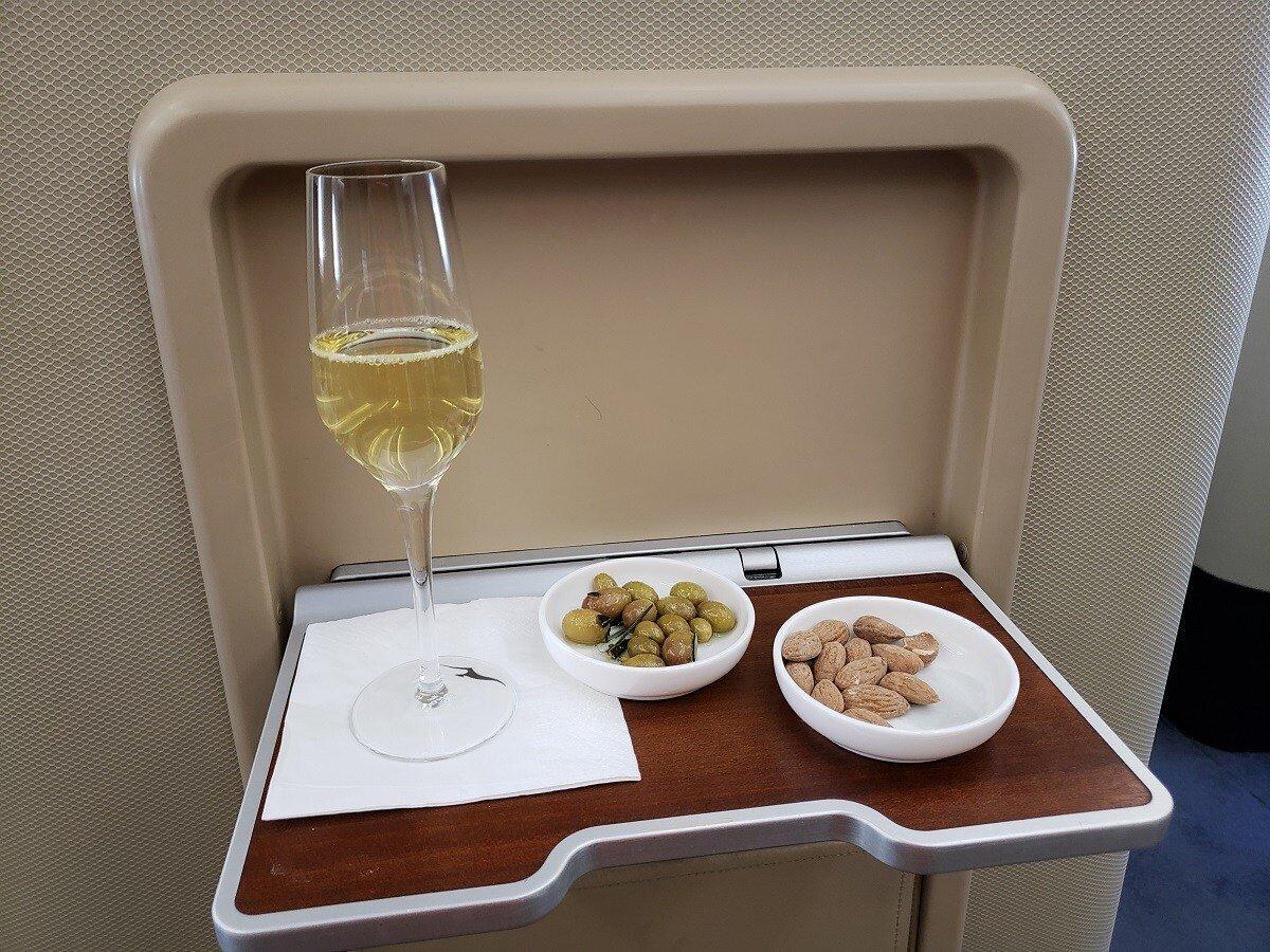 入座後,先來杯香檳與零食