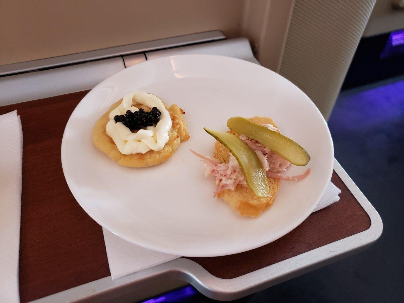 先來個前菜,其實我不喜歡那兩片酸黃瓜 (Pickles)…