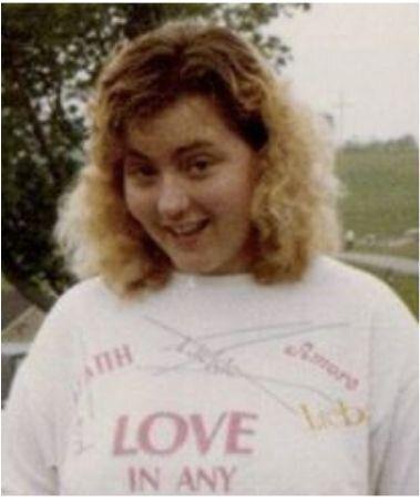 """티셔츠에는 """"Love in any language""""라고 쓰여있다. 샌디 패티가 부른 노래 제목으로, 당시 기독교계 고등학교들은 반드시 이 노래를 졸업식 때 불러야했다."""