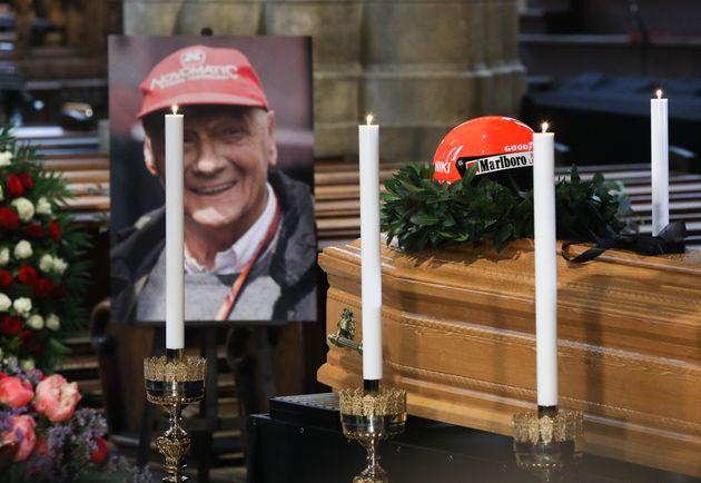 Niki Lauda sepolto con la tuta della Ferrari. È stato il suo ultimo