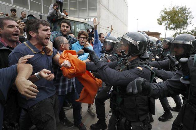 Las defensas muestran al tribunal la contundencia con la que actuó la Policía en los colegios del