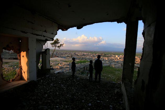 Des enfants dans une maison détruite à Kobani, en Syrie le 3 avril 2019 (photo