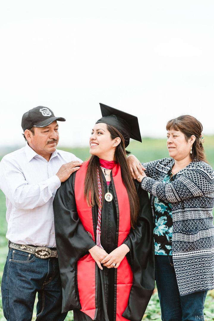 Photographer Aldair Nathaniel Sanchez captured heartfelt moments as Erica Alfaro joined her parents for a graduation photo sh