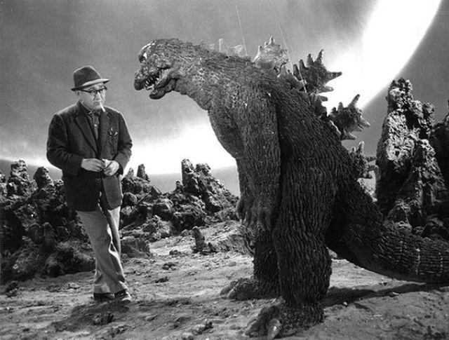 Ο σκηνοθέτης Ishirο Honda στέκεται...