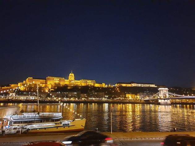 夜の時間帯は、夜景を船の上から望むクルーズツアーが人気。