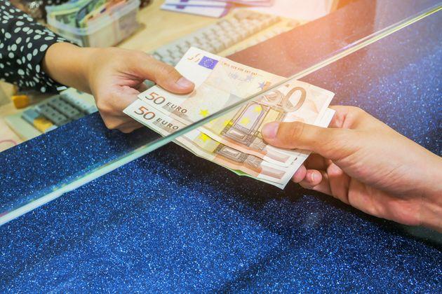 Το μακρύ καλοκαίρι των φόρων: Τι πρέπει να πληρώσουμε και