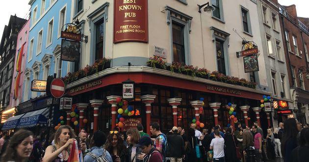 런던에 옷을 벗고 술을 마시는 합법적인 펍이