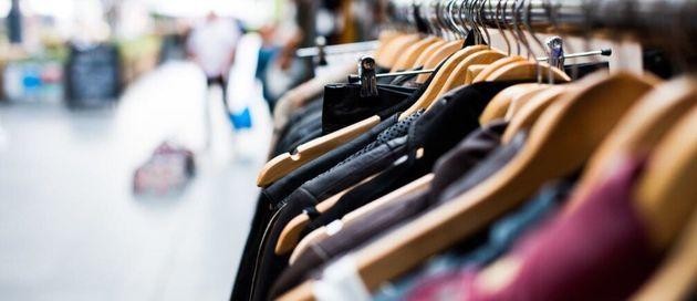 大量に並ぶ衣服のイメージ