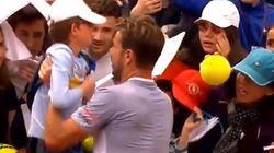 Il tennista salva un bambino che rischiava di finire schiacciato per chiedergli un