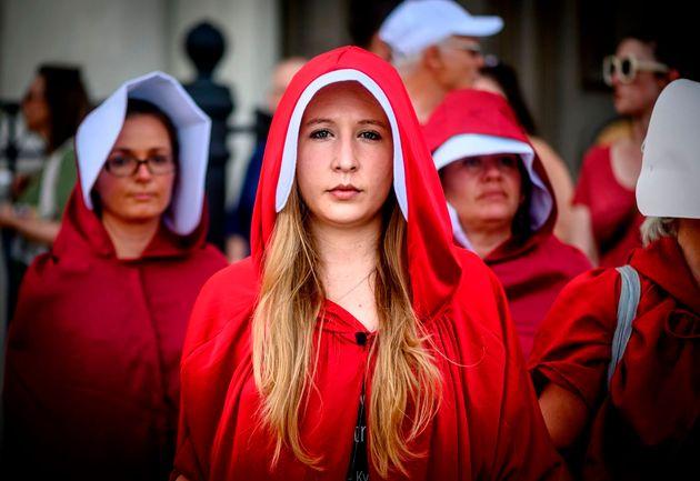 Numerosas mujeres protestan contra la nueva ley del aborto en Luisiana (EE