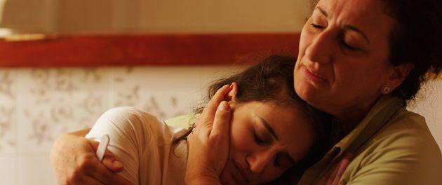 Linda Caridi e la madre di Karole in una scena del