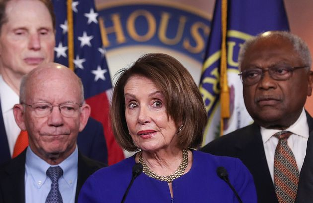Nancy Pelosi, junto a otros representantes demócratas, tras reunirse con Donald Trump esta