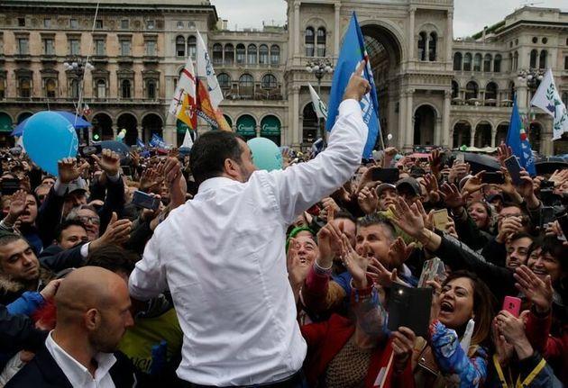 Matteo Salvini, junto con otros líderes de partidos nacionalistas de Europa, organizó una...