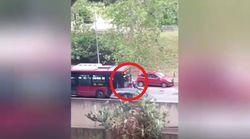 Autista lancia bus contro un uomo e lo travolge. L'Atac