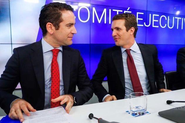 El presidente nacional del PP, Pablo Casado (derecha), y el secretario general de la formación,...