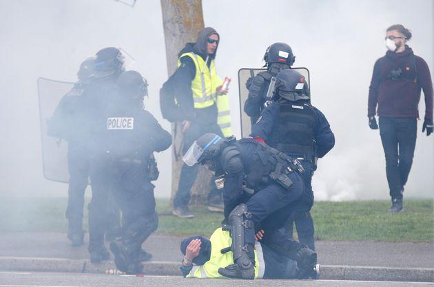 Des policiers maintiennent au sol un gilet jaune, lors de l'acte XXIV à Strasbourg, le 27