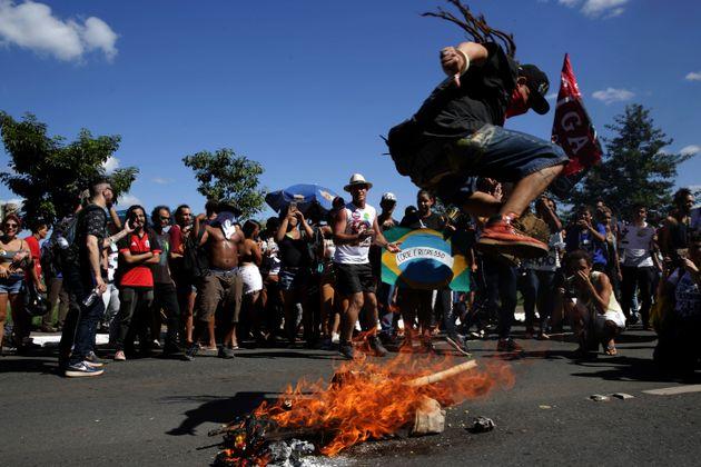 Em Brasília, um boneco representando o presidente Jair Bolsonaro foi queimado em frente ao prédio...
