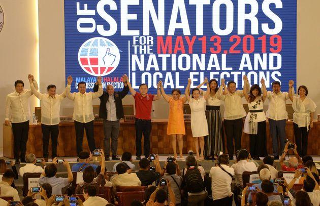 選挙の結果を宣言する式典に集まった議員たち