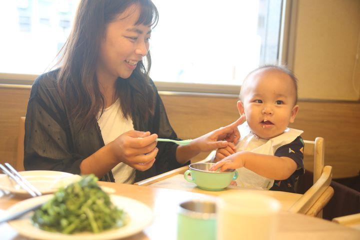 息子にご飯をあげる田中伶さん