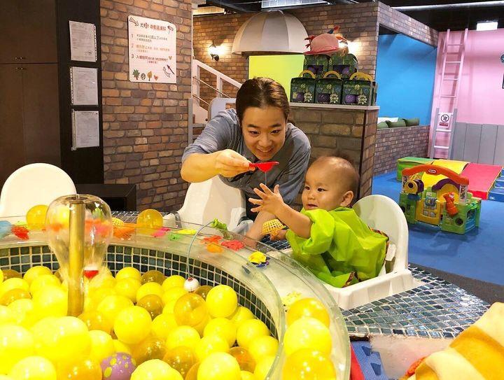 田中さんの息子と遊ぶ、台湾の親子レストランのスタッフ