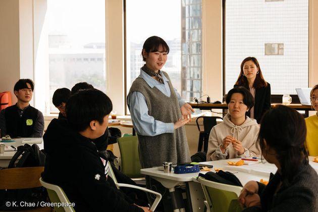 지난 3월 23일 그린피스 '착한 가게 원정대'가 서울에서 일회용 플라스틱 소비 없이 장을 볼 수 있는 가게를 찾기 위한 기준에 대해 의견을 나누고