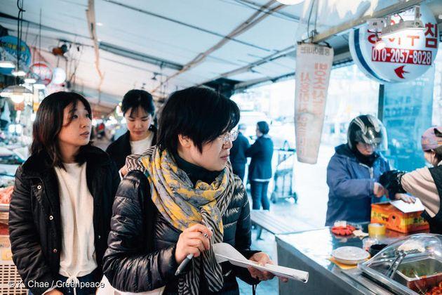지난 4월 10일 그린피스 '착한 가게 원정대'가 서울에서 일회용 플라스틱 소비 없이 장을 볼 수 있는 가게를 찾고
