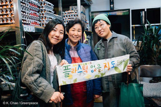 지난 4월 6일 그린피스 '착한 가게 원정대'가 서울에서 일회용 플라스틱 소비 없이 장을 볼 수 있는 가게를 찾고