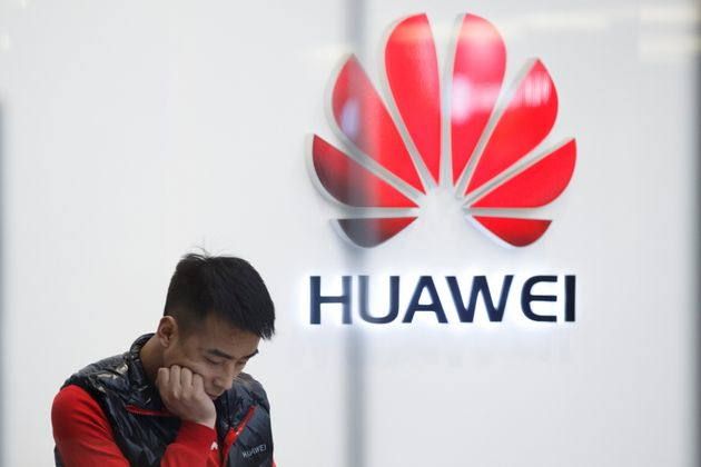 Un empleado, retratado en una tienda Huawei de Pekín, el pasado