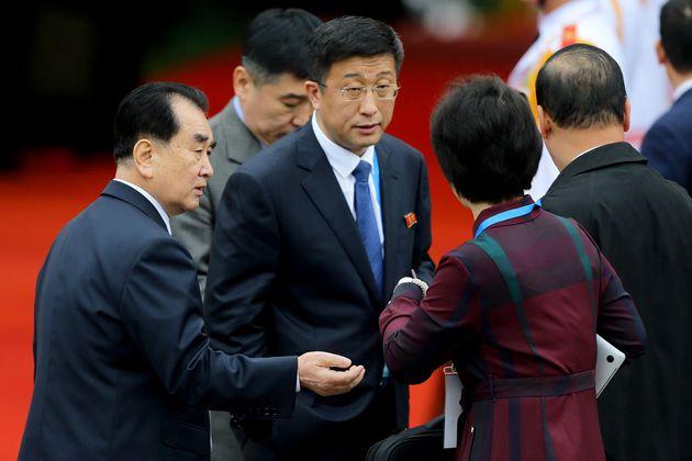 Kim Hyok Chol (centro) espera o ditador Kim Jong Unna estação Dong Dang, no Vietnã,...