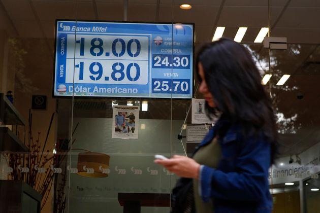 Un panneau montre le taux de change entre le dollar américain et le peso, à