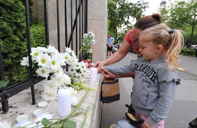 31일(현지시각) 오후 헝가리 부다페스트에 위치한 주헝가리 한국대사관 앞에서 열린 추모식에서 현지 시민들이 촛불을 올린 뒤 희생자들을 애도하고