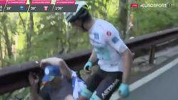 El ciclista colombiano 'Supermán' López, a tortas con un espectador que tropezó con
