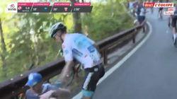 Tombé à cause d'un spectateur sur le Giro, ce coureur le