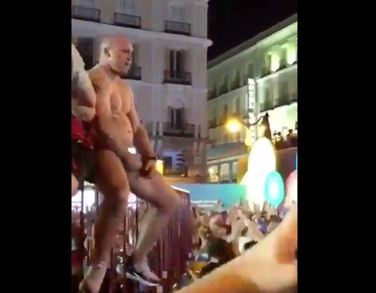 El indeseable, masturbándose en la Puerta del