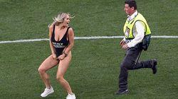 Sexy interruzione durante Tottenham-Liverpool. La modella Kinsey Wolanski invade il