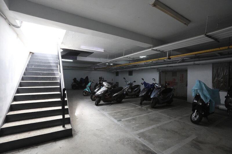 ▲停車場如今乾淨整潔,也規劃機車格出租給住戶。