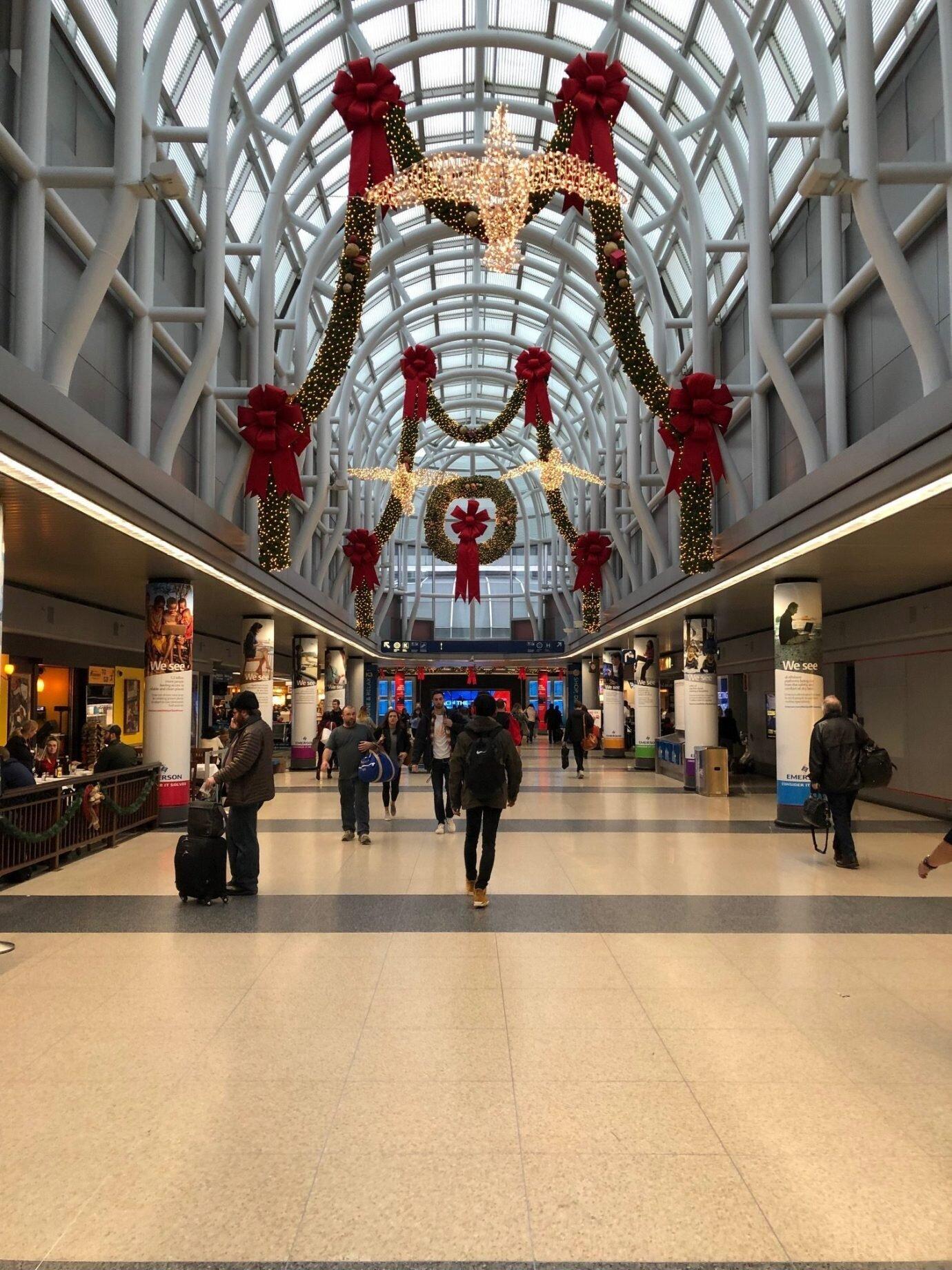 以美國航空為主的寰宇一家航空,大部分使用第三航廈/第五航廈,因為很少來這邊感覺相當新鮮。和聯合航空所在的第一航廈比起來,比較昏暗也比較小。我們是 12 月 28 日下午出發,機場仍有許多聖誕佈置